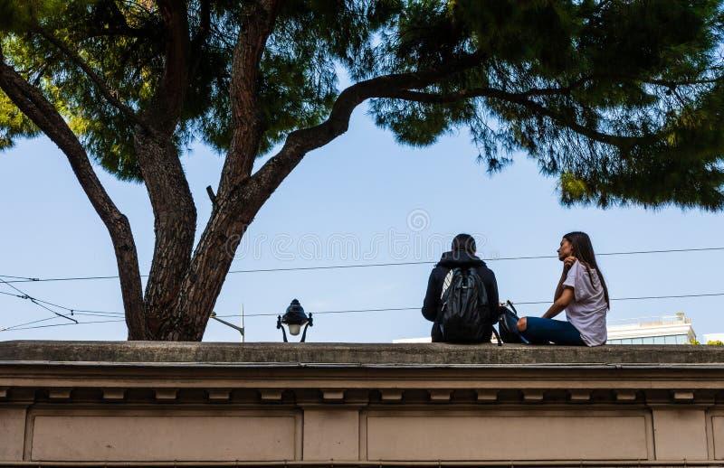 好,法国- 2019年 散步的恋人在街市尼斯,法国海滨 免版税库存照片