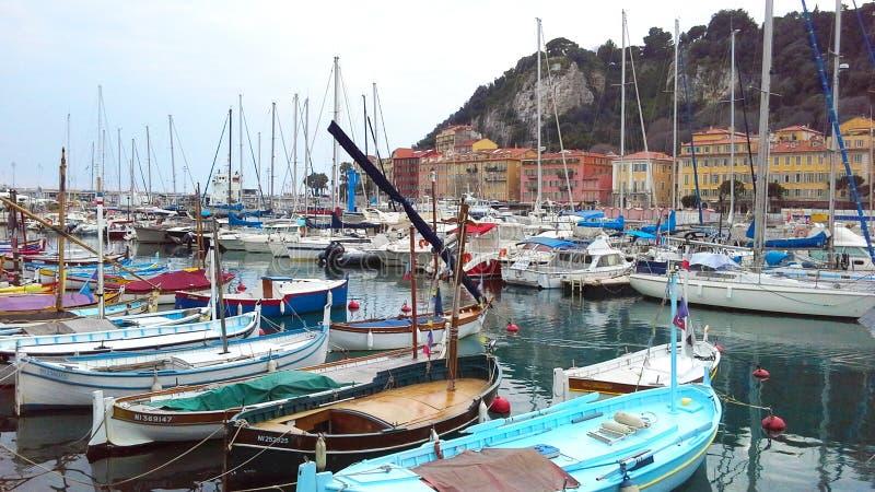好,法国- 2015年4月:在尼斯口岸,彻特d'Azur,法国海滨,法国的五颜六色的小船 免版税库存图片