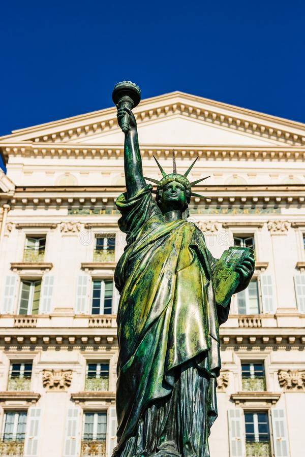 好,法国- 2019年 Bartholdi的纽约自由女神像复制品在尼斯法国,安装在Quai des à ‰ tats-Unis 免版税库存图片