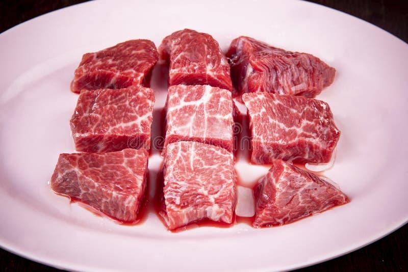 好qaulity未煮过的牛肉大块在盘准备 库存图片