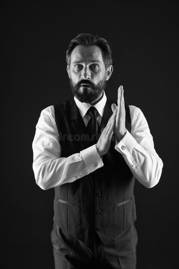 如何为您的年龄穿戴 o 优等的样式 人有胡子的人穿戴白色衬衫和经典背心 库存照片