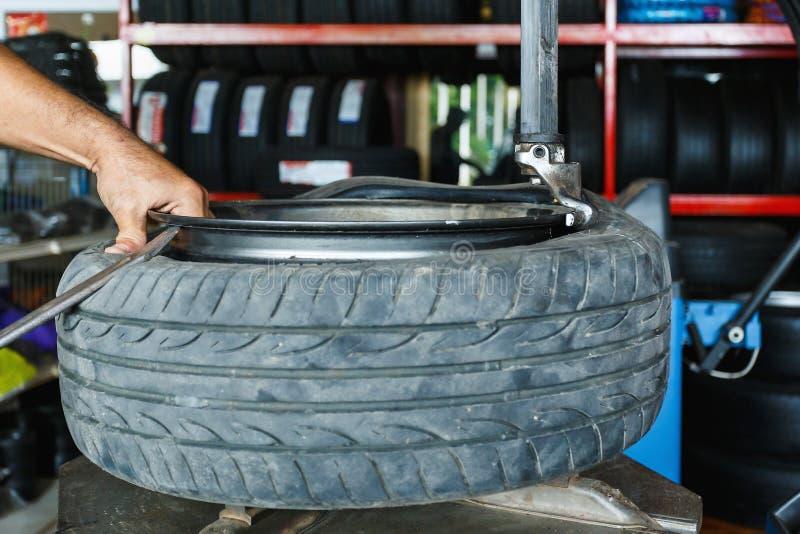 如何从汽车合金去除轮胎转动 免版税图库摄影