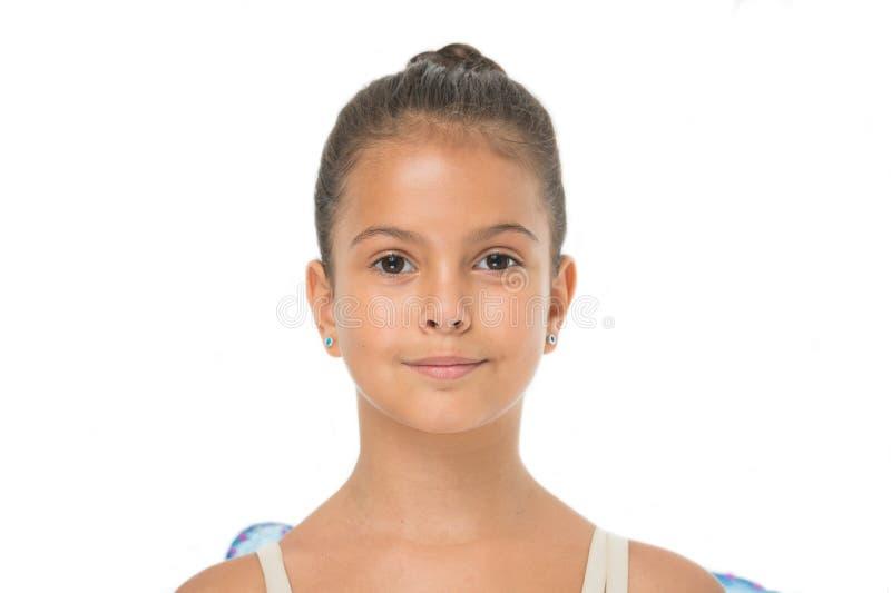 如何做芭蕾小圆面包 学生芭蕾舞女演员的适当的发型 做适当的发型参观芭蕾类 逗人喜爱的女孩 免版税库存照片