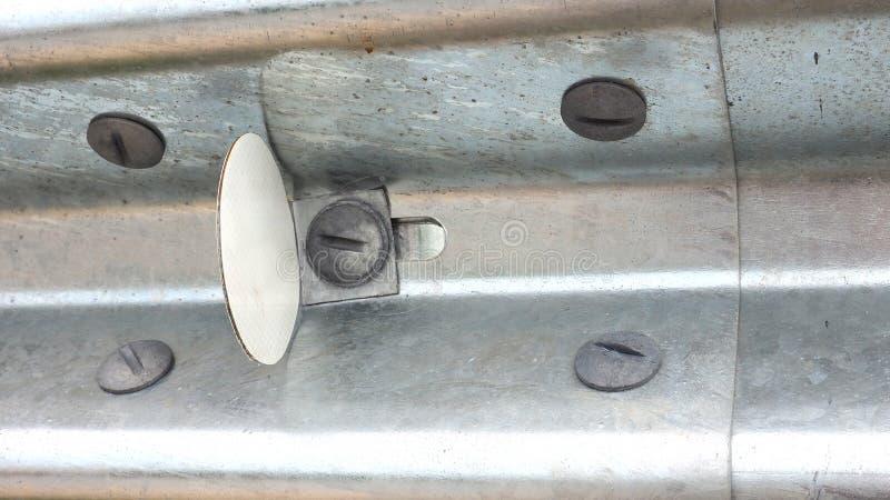如何安装贴纸反射器在栏杆用途5拧紧 库存图片