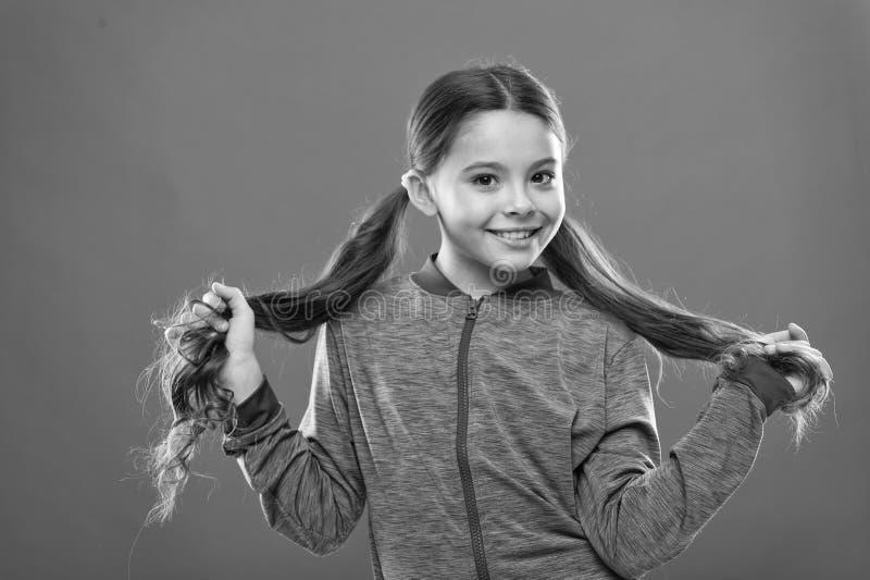 如何对待卷发 做孩子的容易的技巧发型 活跃生活方式的舒适的发型 ?? 库存图片