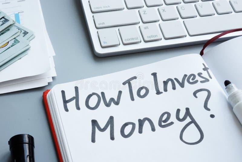 如何投资金钱 笔记本和现金 库存照片