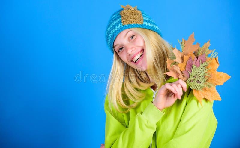 如何更新您的skincare定期在秋天 享受秋天季节 愉快的感受这秋天 妇女逗人喜爱的面孔穿戴 库存图片