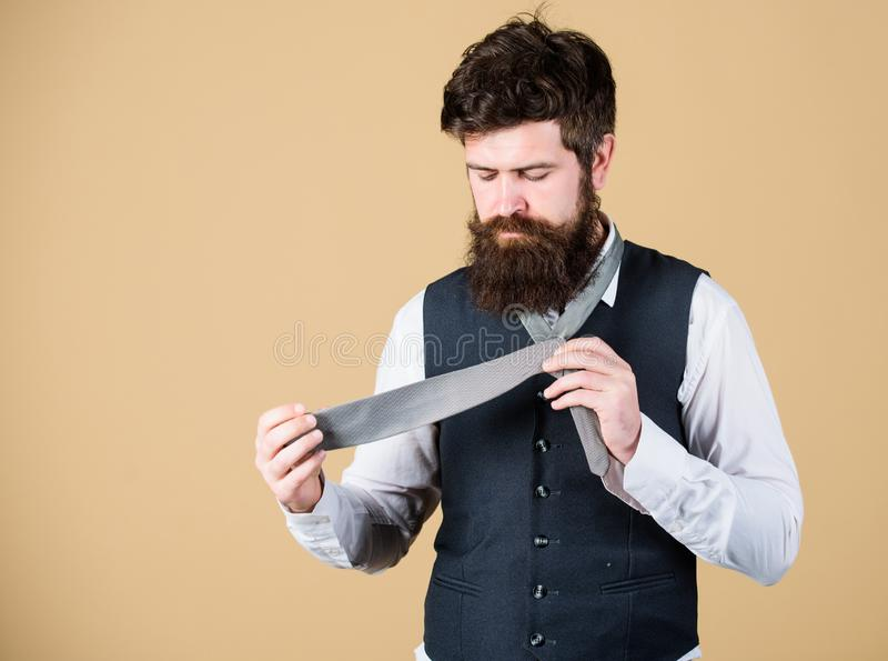 如何栓领带 开始以您的衣领和领带在您的脖子上 如何栓简单的结 人有胡子的行家 免版税库存照片