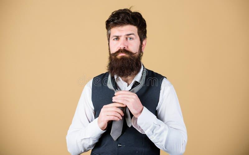 如何栓领带 开始以您的衣领和领带在您的脖子上 如何栓简单的结 勇敢艺术  免版税库存图片