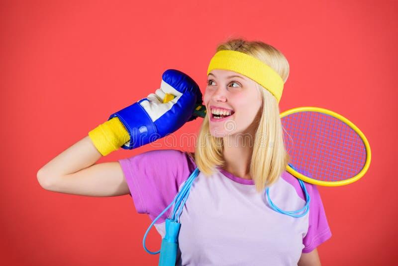 如何永远停留适合 运动器材商店 体育商店分类 金黄女孩快乐的成功的现代妇女的举行 库存照片