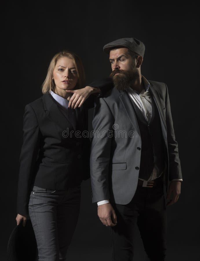 如何解开奥秘 在网上解决比赛-戏剧侦探比赛的罪行 夫妇探员调查员伙伴 库存图片