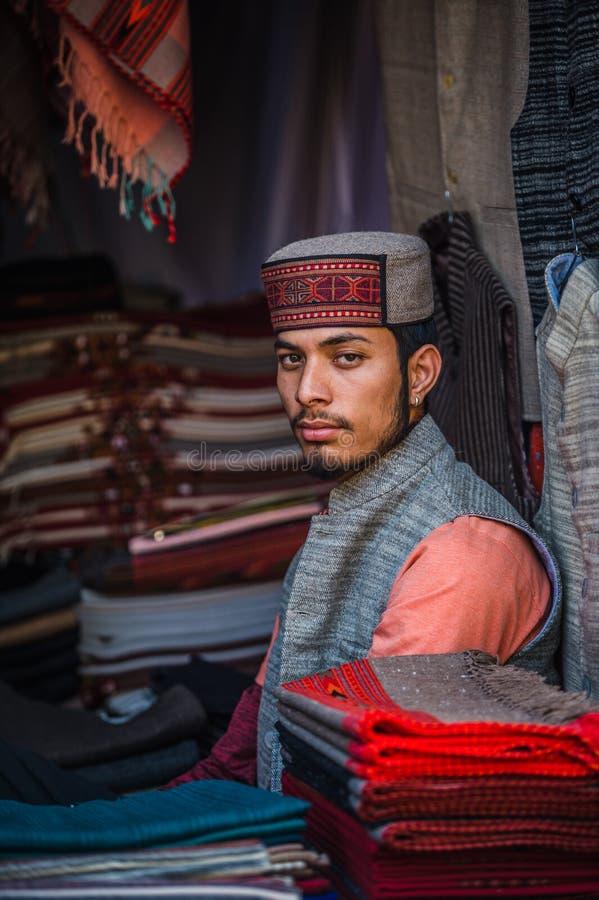 如在德里中看到街道的年轻,英俊和骄傲的印地安人  免版税库存图片