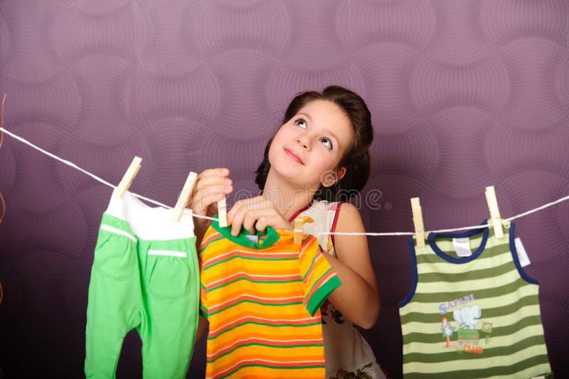 年轻主妇垂悬的衣裳 库存图片