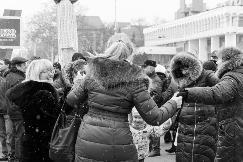 妇女、人和孩子在正方形在蒂拉斯波尔, Shrovetide节日的摩尔多瓦的中心跳舞 库存照片