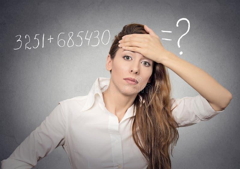 妇女不可能解决数学题 库存图片
