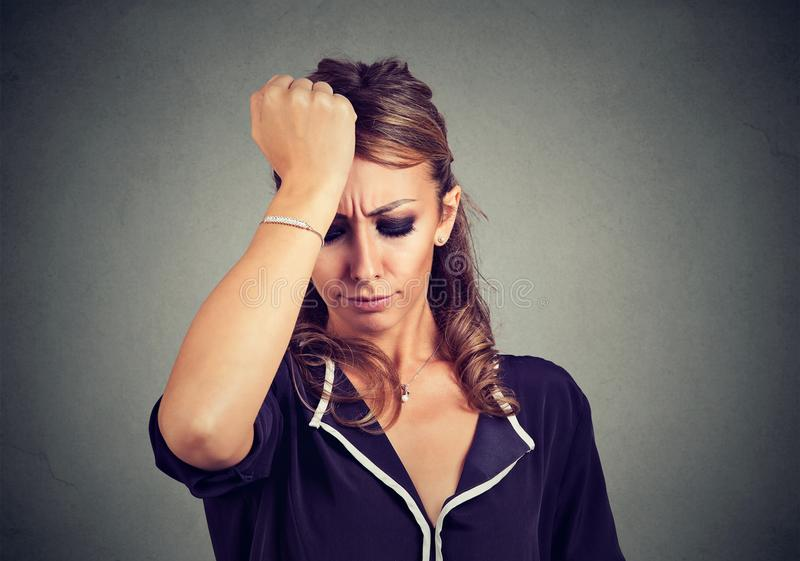 妇女不满意与她自己强调说并且挫败了 免版税图库摄影