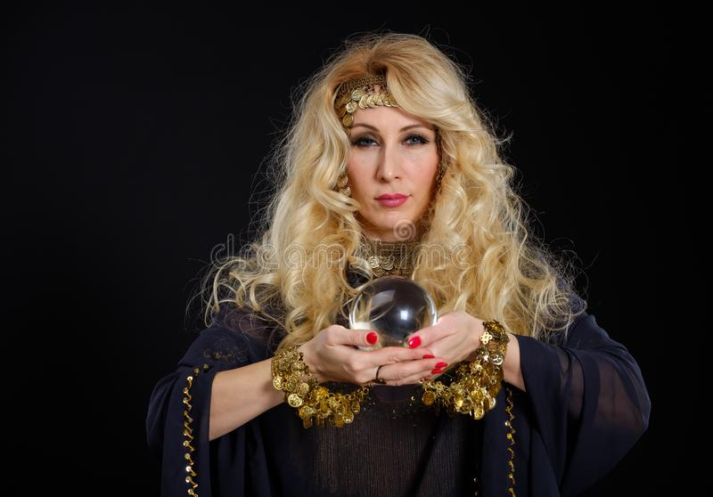 妇女与水晶球画象的算命者 免版税库存图片