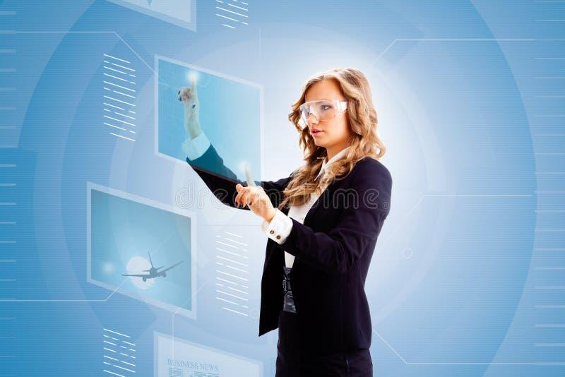妇女与片剂一起使用 免版税库存照片