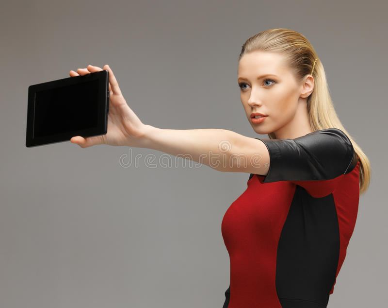 妇女与片剂个人计算机一起使用 免版税库存图片