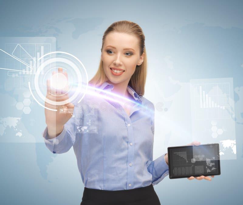 妇女与片剂个人计算机和虚屏一起使用 库存照片