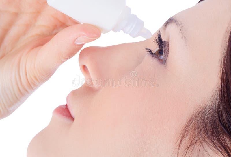 妇女与眼药水的水滴眼睛 库存照片