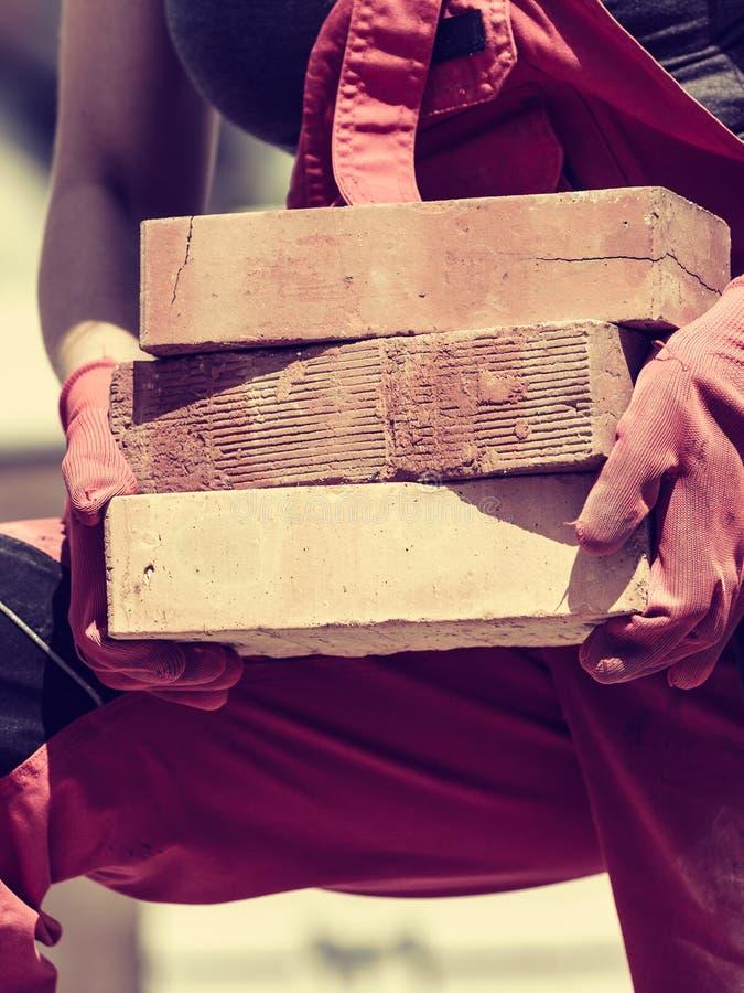 妇女与砖一起使用 免版税库存照片