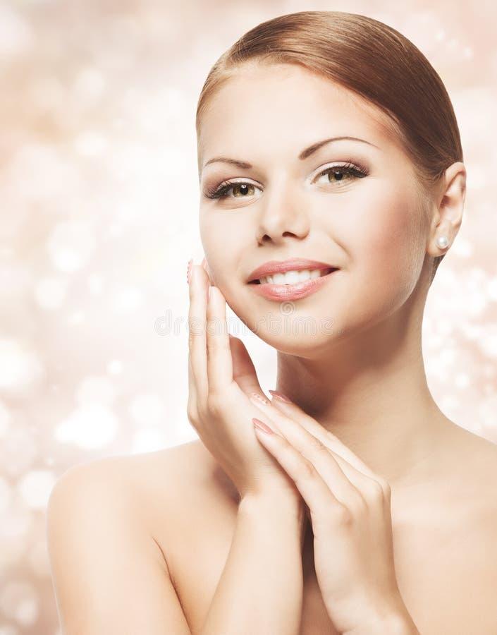 妇女与自然构成,干净的新护肤的秀丽面孔 免版税库存照片