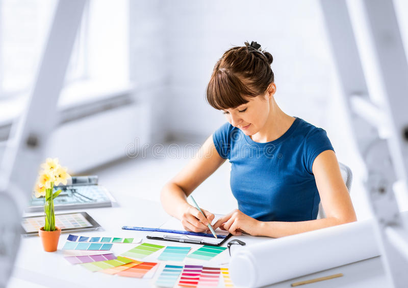 妇女与选择的颜色样品一起使用 库存照片
