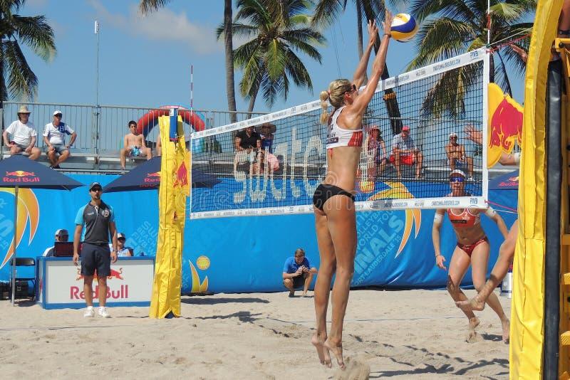 妇女专业沙滩排球 库存图片
