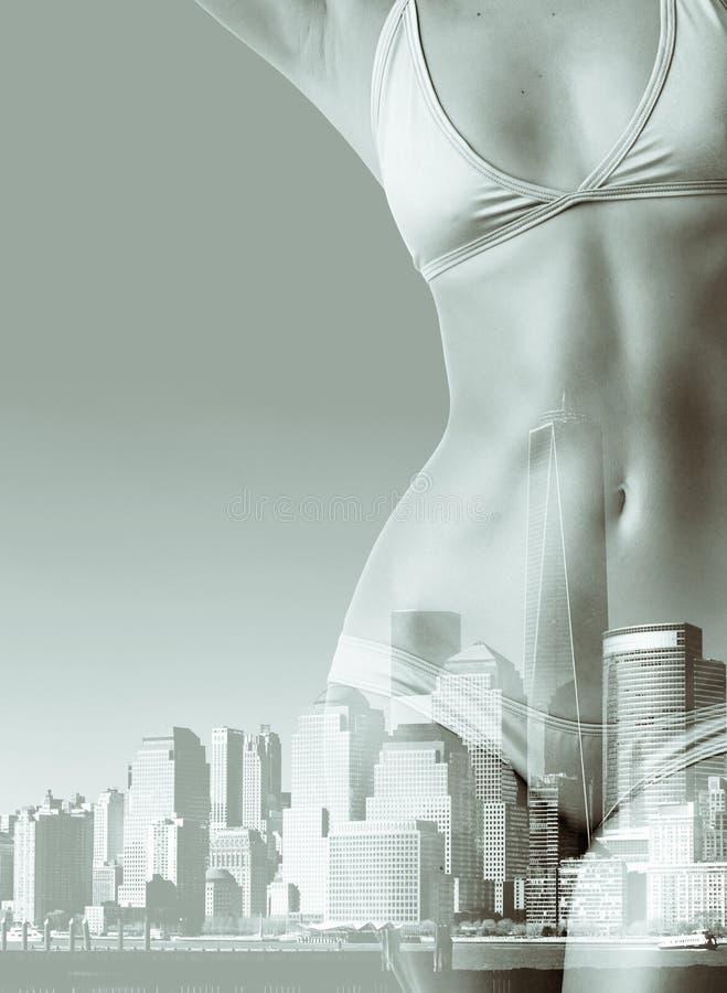妇女两次曝光画象比基尼泳装和纽约地平线的 图库摄影