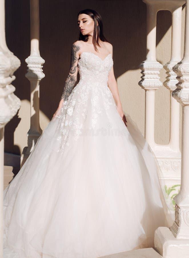 妇女为婚姻做准备 在婚礼前的愉快的新娘 美妙的新娘婚装 在精品店的美丽的婚纱 库存照片