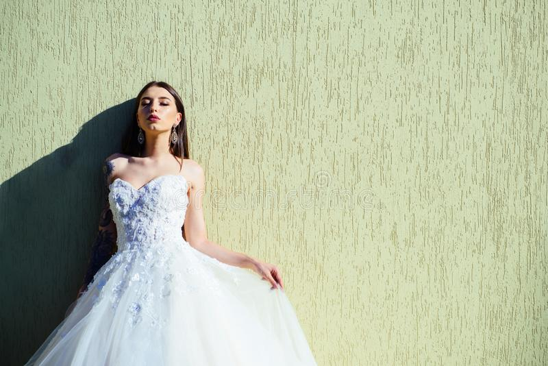 妇女为婚姻做准备 在婚礼前的愉快的新娘 美妙的新娘婚装 在精品店的美丽的婚纱 图库摄影
