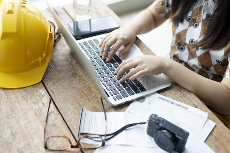 妇女为工作使用膝上型计算机 库存照片