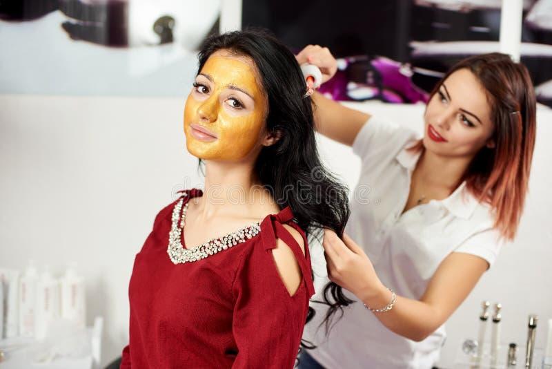 妇女为按摩头` s皮肤使用darsonval在美容院 库存图片