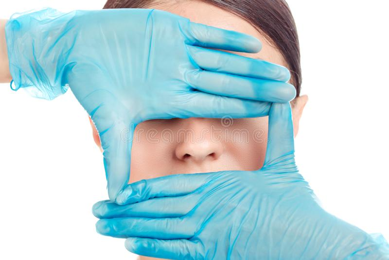 妇女为鼻子手术,白色背景做准备 免版税图库摄影