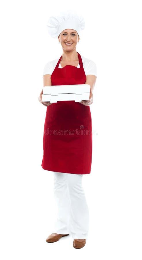 妇女主厨提供的薄饼全长纵向  库存照片