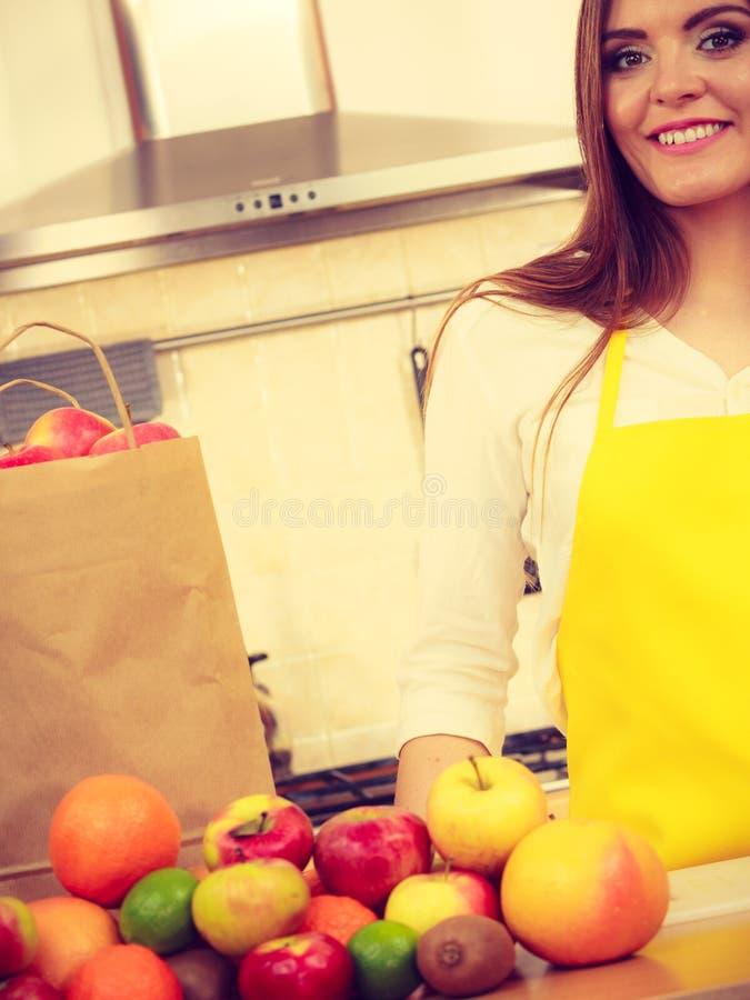 妇女主妇在厨房里用许多果子 库存图片