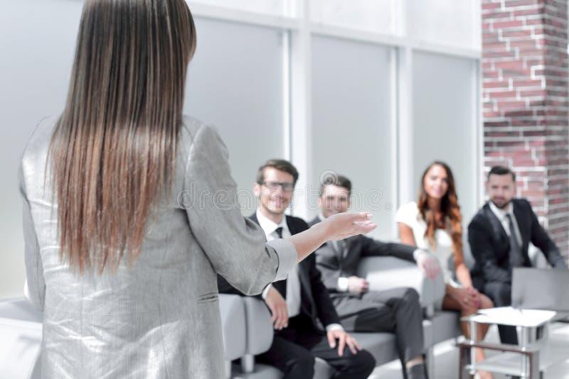 妇女举行与企业队的一份简报 免版税库存照片