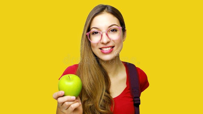 妇女举行绿色苹果,健康生活方式概念,拉丁秀丽 库存照片