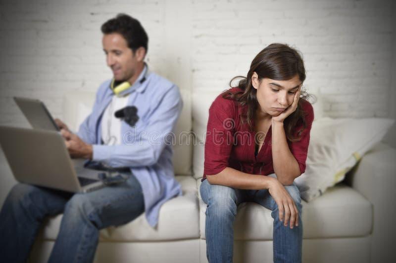 妇女乏味和被挫败忽略,当互联网使用数字式片剂网络时的上瘾者丈夫或男朋友 库存照片