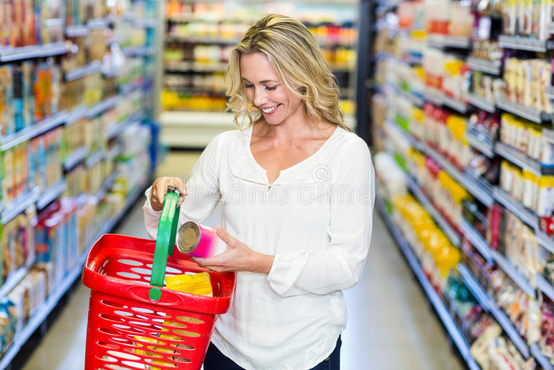 妇女买的食物 免版税库存照片