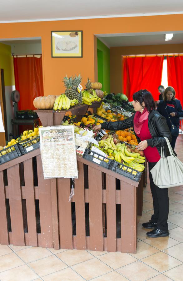 妇女买的香蕉和其他果子 免版税图库摄影