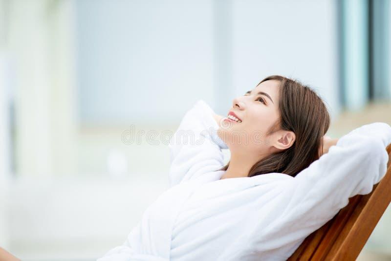 妇女享受她的假日 免版税图库摄影