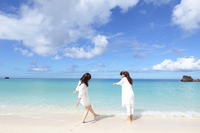 妇女享用夏天太阳 免版税库存图片