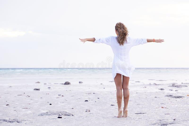 妇女享用海海滩 免版税库存照片