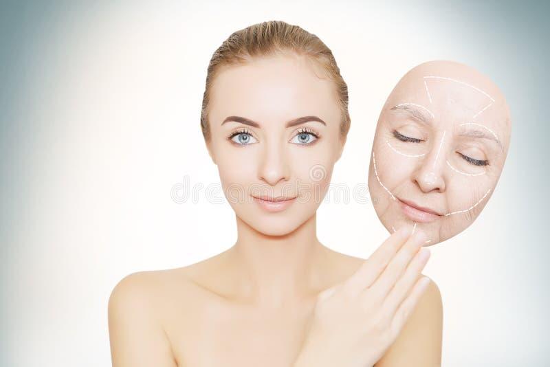 妇女从皱痕发布她的面孔 免版税库存照片