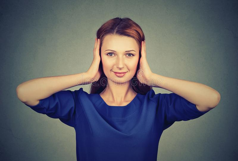 妇女从闲话的覆盖物耳朵 库存图片