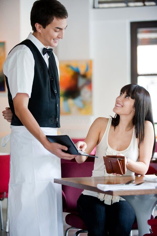 妇女付帐 免版税库存照片
