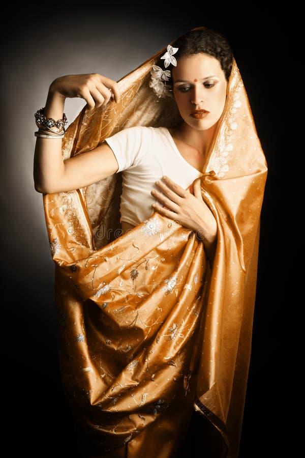 妇女以印第安莎丽服方式 图库摄影