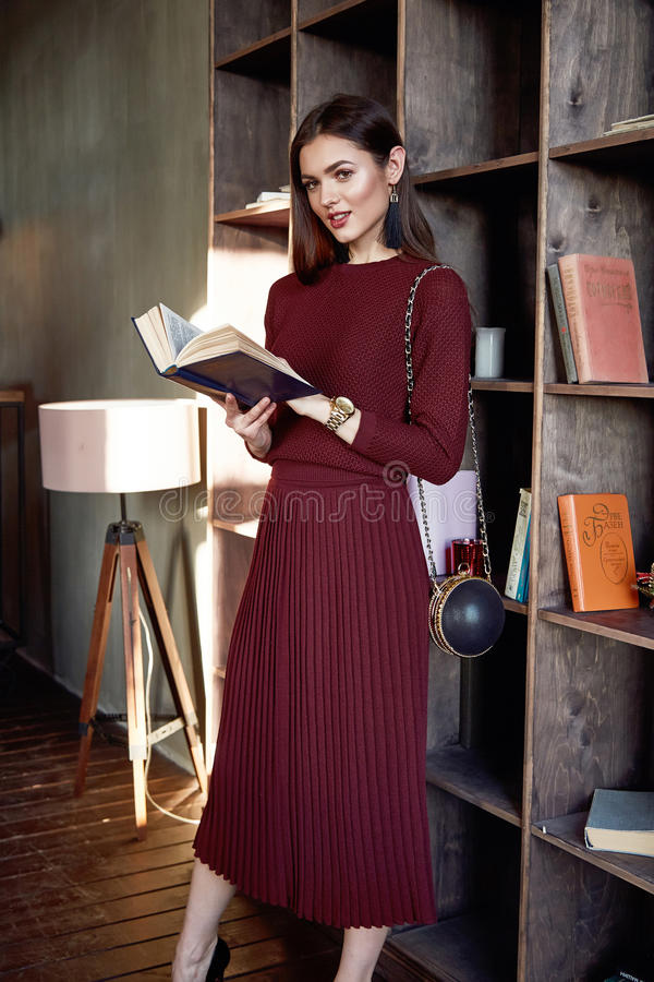 妇女企业夫人穿戴红色羊毛大礼服时尚样式 免版税库存照片